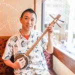 日本人の熱い想いを歌い続けるカンカラ三線・演歌師 岡大介さん